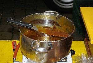 Français : Le sirop de caramel qui sert à fair...
