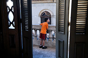 English: A young boy by a balcony at the Teatr...