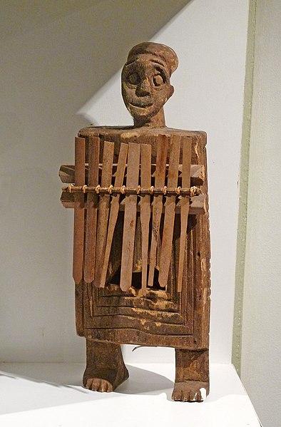 File:Sanza anthropomorphe Bamun-Musée barrois.jpg