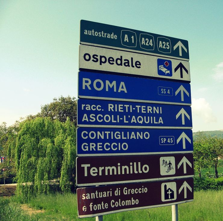 Road signs in Italy use a variation of the typeface called Alfabeto normale, or the condensed form of it, called Alfabeto stretto (the latter is the one on the top and the bottom signs in the photo).