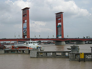 English: Another angle of Ampera Bridge, Palem...