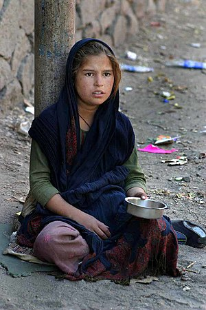 en: Indian girl begging. pl: Hinduska żebraczka.