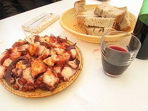 Polbo á feira with bread and wine