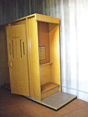English: confessional Italiano: confessionale
