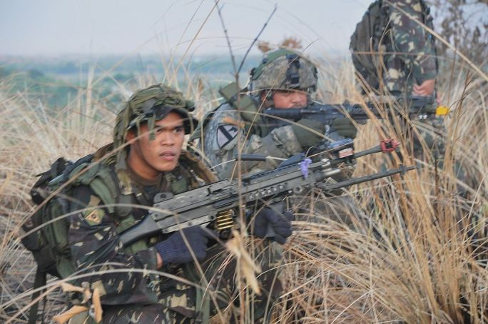 Flickr - DVIDSHUB - Philippine, US soldiers conduct raid during Exercise Balikatan 2012 (Image 3 of 5)
