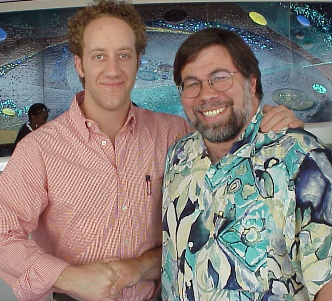 https://i0.wp.com/upload.wikimedia.org/wikipedia/commons/thumb/8/8d/Joey_Slotnick_%26_Steve_Wozniak.jpg/662px-Joey_Slotnick_%26_Steve_Wozniak.jpg