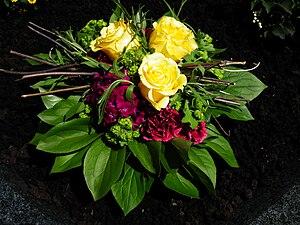 Deutsch: Strauß mit Rosen (Rosa cultivars) und...