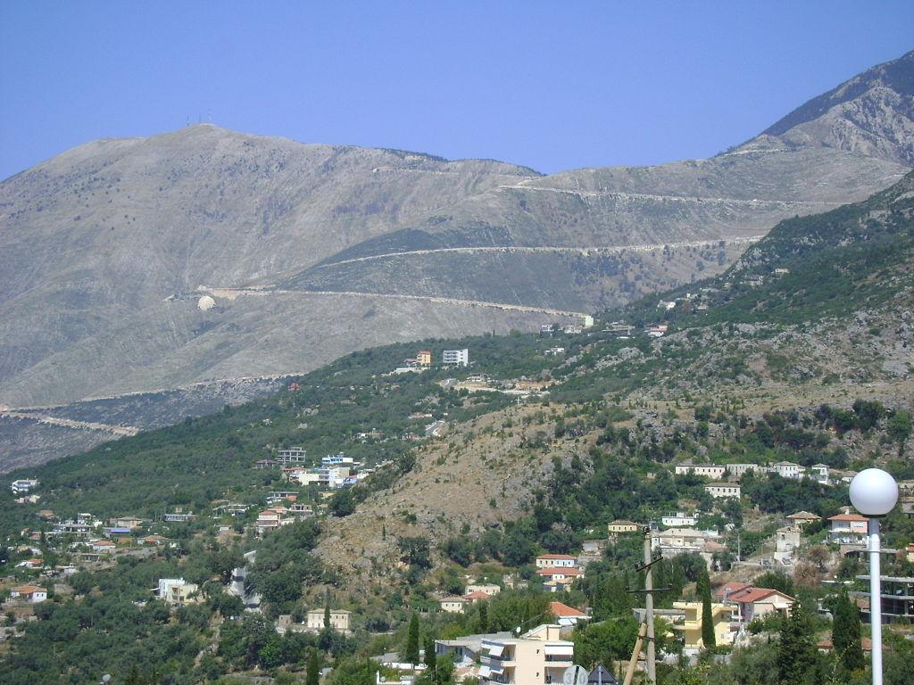 Pass und Kehren der Passstraße von Dhërmi (Südseite) aus gesehen