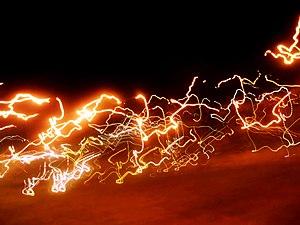 Fotografía nocturna tomada en un vehiculo en m...
