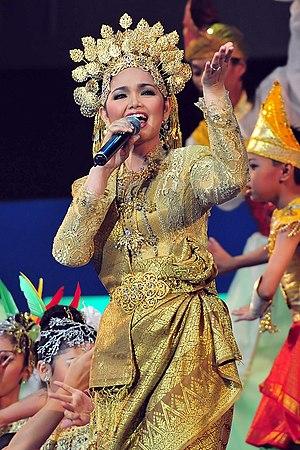 English: Siti Nurhaliza performing at the Kual...