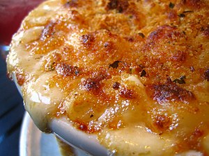 English: Closeup of macaroni and cheese with a...