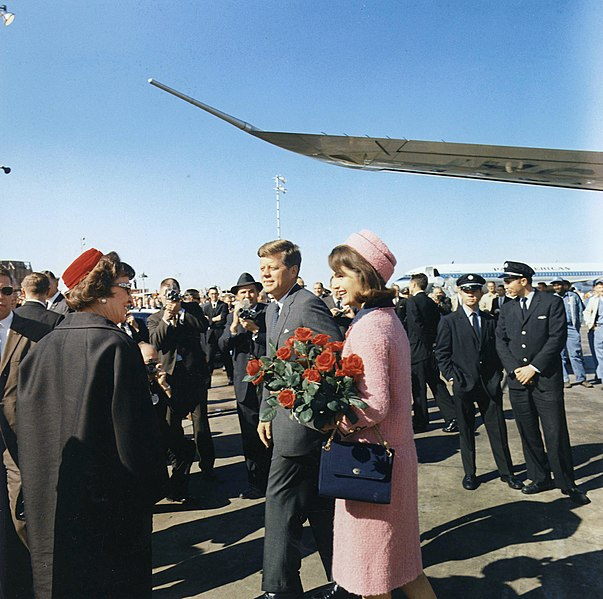 File:Kennedys arrive at Dallas 11-22-63.JPG