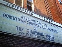 La pensilina reclamizzante la premiere mondiale de I Simpson - Il film affissa all'entrata dello