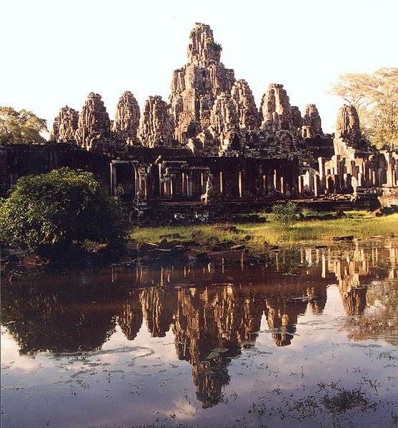 Datei:Bayon Angkor Spiegelung.jpg