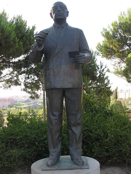 Archivo:Estátua de Tierno Galván.jpg
