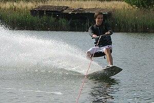 Italiano: Un atleta che pratica wakeboard, fot...