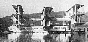 Il Transaereo sul lago Maggiore. Questa fotografia, scattata nel 1921, mette in evidenza la struttura delle tre cellule alari vincolate alla parte superiore della fusoliera-scafo e i travi longitudinali che rinforzavano la struttura delle ali stesse.