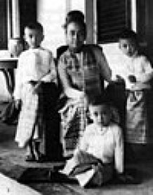 A portrait of Khin Kyi and her family in 1948. Aung San Suu Kyi is seated on the floor.
