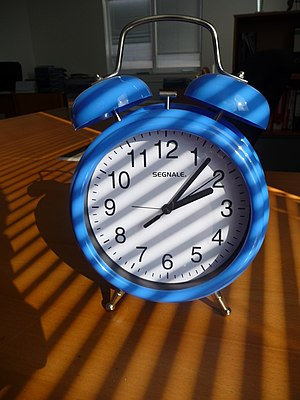 Česky: Modrý budík English: Blue alarm clock