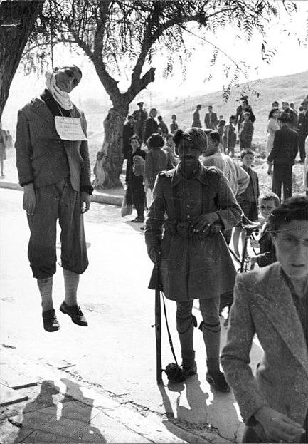 File:Bundesarchiv Bild 101I-179-1552-13, Griechenland, erhängter Mann in Ortschaft.jpg