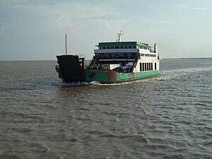 Português: Ferry boat na baía de São Marcos, M...