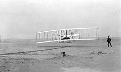 Foto do primeiro vôo do Flyer em 17 de dezembro de 1903. Este vôo é considerado por muitos como o primeiro vôo de uma aeronave mais pesada do que o ar a descolar por meios próprios.