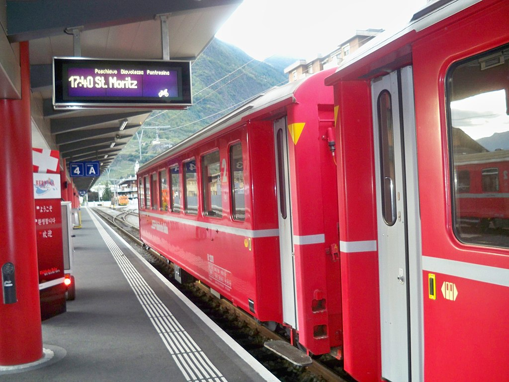 https://i0.wp.com/upload.wikimedia.org/wikipedia/commons/thumb/9/96/Bernina_express_in_partenza_da_Tirano.JPG/1024px-Bernina_express_in_partenza_da_Tirano.JPG