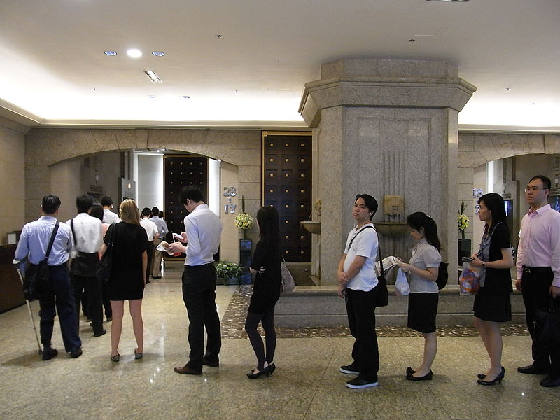 File:HK Sheung Wan 新紀元廣場 Grand Millennium Plaza lift lobby 08 visitors queue morning July-2012.JPG