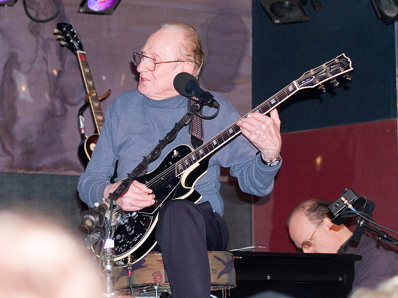 Archivo:Les Paul with his guitar.jpg