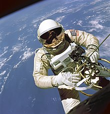 https://i0.wp.com/upload.wikimedia.org/wikipedia/commons/thumb/9/98/EdWhiteFirstAmericanSpacewalker.1965.ws.jpg/220px-EdWhiteFirstAmericanSpacewalker.1965.ws.jpg
