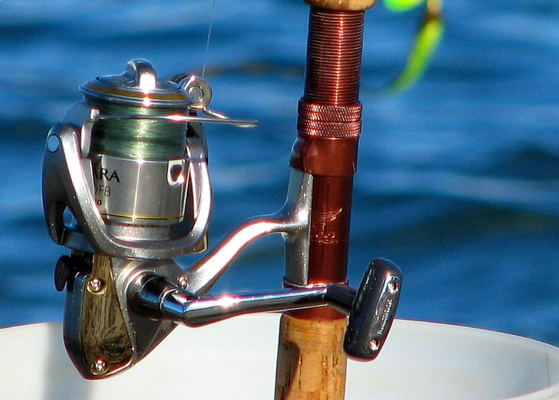 https://i0.wp.com/upload.wikimedia.org/wikipedia/commons/thumb/9/98/Fishing_reel.jpg/800px-Fishing_reel.jpg