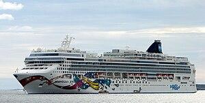 English: Cruise ship Norwegian Jewel lying at ...
