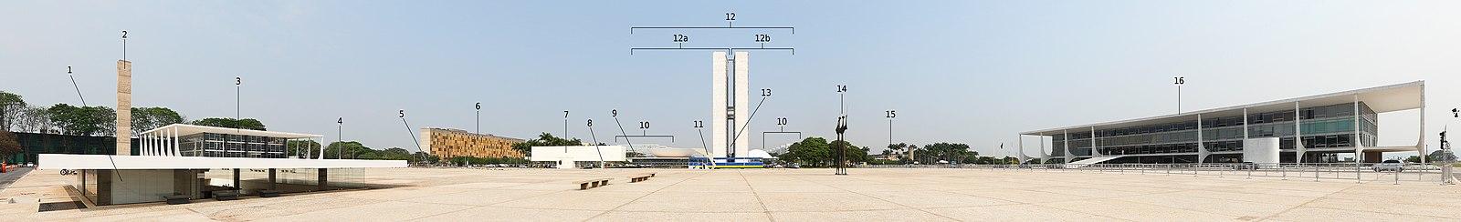 Vista panorâmica da Praça dos Três Poderes: a esquerda (sul) o poder judiciário (Supremo Tribunal Federal - nº3), no centro o poder legislativo (Congresso Nacional - nº12) e a direita a sede do poder executivo (Palácio do Planalto - nº16).