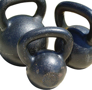 English: Three commonly used kettlebells (Drag...