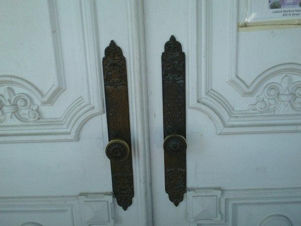 File:Heilbron House (Knobs on Front Door), Sacramento, CA ...