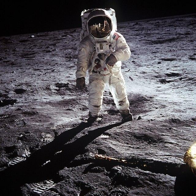 Fotografia di Buzz Aldrin. Sul suo visore è possibile vedere il riflesso di neil Armstrong