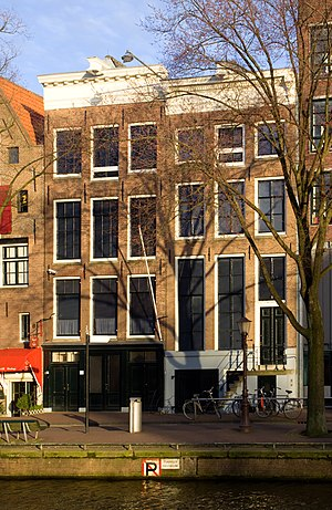 English: The Anne Frank House alongside the Pr...