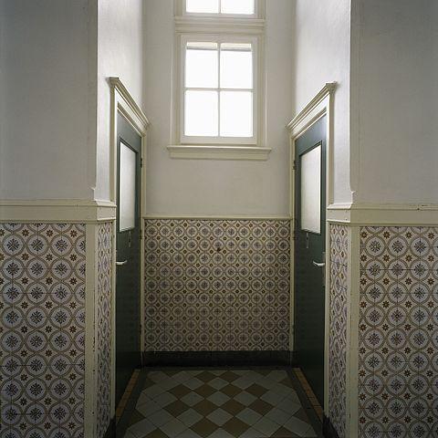 FileInterieur overzicht van een toiletnis in een gang