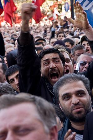 Deutsch: Massenproteste im Zentrum von Tiflis,...