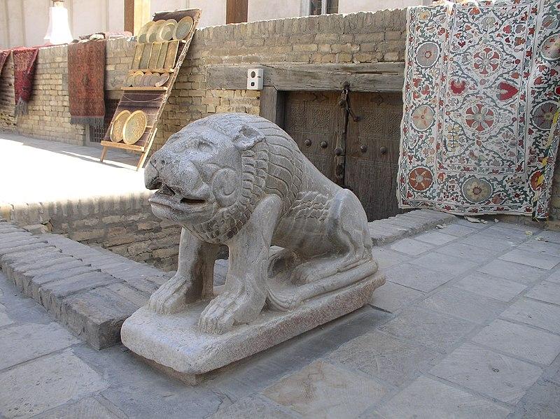 Statue d'un lion dans l'enceinte de la citadelle Ark.