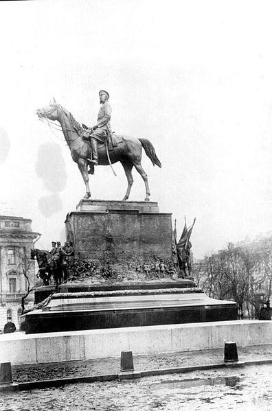 File:Monument in Manezhnaya Square.jpg