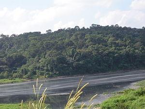 Poluição visöel nas águas do Rio, quando de sua passagem em Santana de Parnaâa.