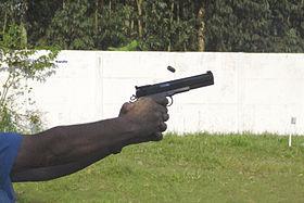 Pistola 45 no momento do disparo, ejetando a cápsula