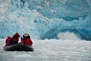 Ecotourism in Svalbard. Français : Écotourisme...