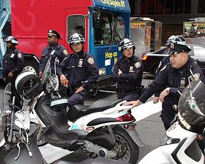 English: NYPD officers watch over Zuccotti Par...