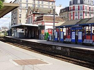 English: Les Vallées station, in La Garenne-Co...