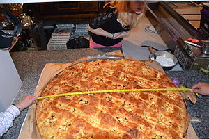 A large apple pie, radius 46 inches Nederlands...