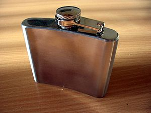 Dansk: lommelærke English: hip flask Polski: p...
