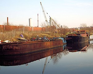 English: Peter Pan Dumb barge moored on the Sh...