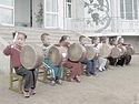 Північнокорейські діти грають для іноземних гостей у кооперативі Чонсам на околиці Вонсана — одне з небагатьох місць, зокрема підприємств, куди «возять» іноземних туристів, щоб продемонструвати побут північнокорейців.